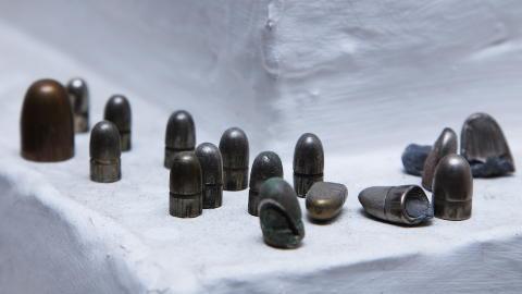 KULER OG KRUTT P� peiskanten har Eilif Hugo Hansen samlet kuler han har plukket ut av vegger og gulv. Foto: Lars Myhren Holand