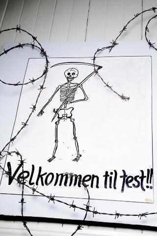 VELKOMST: Dette skiltet hang i kjelleren i huset der  Rinnan og hans menn festet, drepte og torturerte. Foto: Lars Myhren Holand
