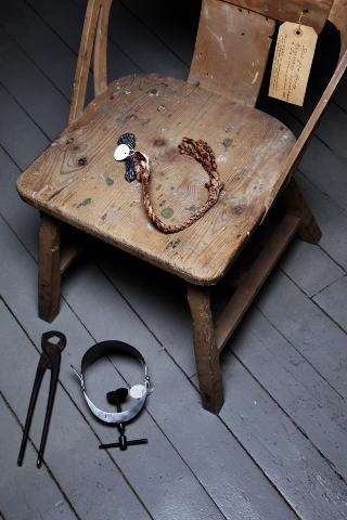 TORTURSTOL:  P� Norsk rettsmuseum i Trondheim er bandens torturredskaper utstilt. Denne stolen har  en spiker under setet som kan bankes inn i offeret.  —?De drakk veldig mye, og var ofte beruset n�r de  utf�rte tortur, sier forfatter �yvind Skarsem. Foto: Lars Myhren Holand