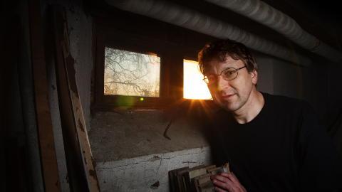 SKREKKENS KJELLER: I dag bor Eilif Hugo Hansen i huset Rinnan-banden holdt til i. I kjelleren hans ble de mest brutale henrettelsene i bandens historie utf�rt. Foto: Lars Myhren Holand