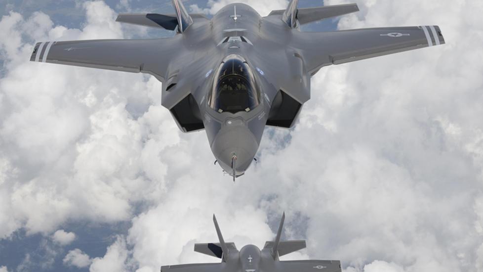 NYE KAMPFLY:  De nye F-35 Lightning II-kampflyene, ogs� kjent som Joint Strike Fighter (JSF), bygger p� en teknologisk plattforms som allerede er i ferd med � g� ut p� dato, mener direkt�ren i Teknologir�det. Her under en pr�vetur fra Edwards Air Force Base i California i mai 2010. ARKIVFOTO: REUTERS/Tom Reynolds/Lockheed Martin Corp/NTB SCANPIX.