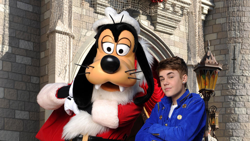 FOR ALLE: Disneyland, eller Disney World, er for alle. Justin Bieber ser ut til � kose seg, det samme gj�r pensjonistene. Foto: AP Photo/Disney, Mark Ashman.