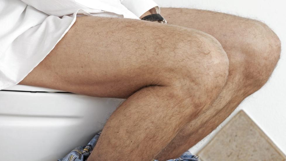 SITTER OG TISSER: Menn som sitter og tisser, gir if�lge eksperter et mindre rengj�ringsbehov p� badet. Illustrasjonsfoto: Colourbox.com