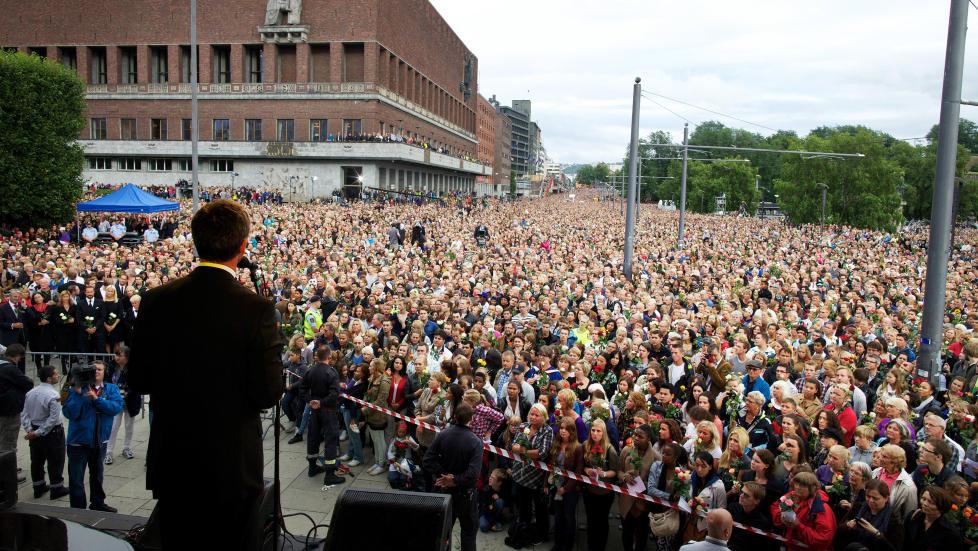 Samhold: Jens Stoltenberg taler p� R�dhusplassen 25. juli. �Det sterke samholdet som spontant kom til uttrykk etter tragediene den dagen, var neppe f�rst og fremst et uttrykk for en solidaritet med Arbeiderpartiet�, skriver kronikkforfatteren. Foto: Eirik Helland Urke