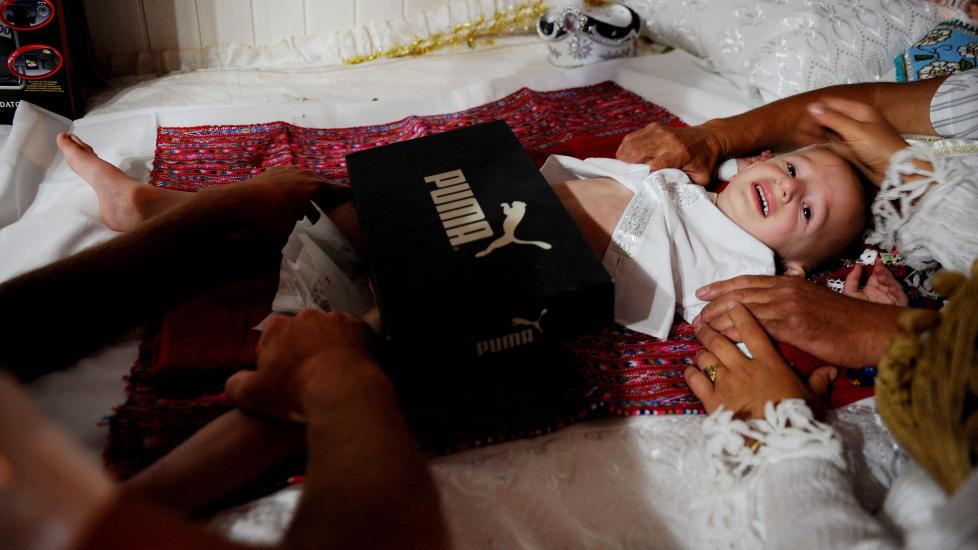 RELIGI�S TRADISJON: Omskj�ring av gutter er en viktig del av muslimsk og j�disk tradisjon. Dette bildet er fra en landsby i det s�rlige Kosovo, der masseinngrepene som utf�res hvert femte �r har preg av en rituell folkefest. I Norge blir 2000 nyf�dte gutter omsk�ret hvert �r. Foto: AFP/Scanpix