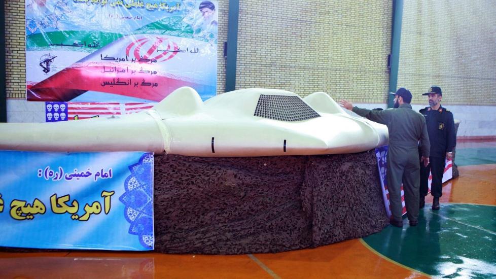 VISER FRAM STOLTHETEN: Iranske milit�re viste 8. desember fram bilder der de inspiserer det som angivelig skal v�re en amerikansk drone. Amerikanerne erkjenner at de savner en drone, men har ikke bekreftet at det er den p� bildet som iranerne har. Foto:  EPA/IRAN'S REVOLUTIONARY GUARD WEBSITE/SCANPIX