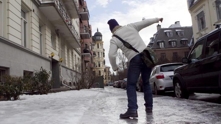 SKLIR PÅ ISEN:  Legevakta i Oslo behandlet i går en rekke fallskader som følge av såpeglatte veier. Også i dag er det meldt om glatte veier Østafjells. Foto: Heiko Junge / Scanpix