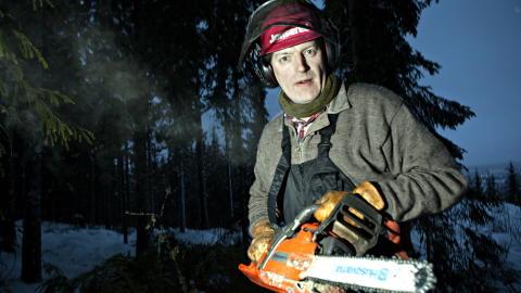 VERKT�Y Mytting har god peiling p� alskens redskaper som trengs i skogen. Her med en Husqvarna motorsag. Foto: Anders Gr�nneberg