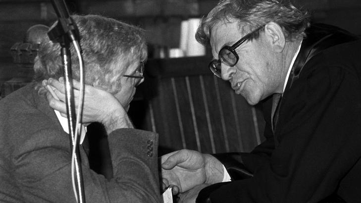 FAR:  Far til tingrettsdommer Wenche Elisabeth Arntzen var en av forsvarerne til spiontiltalte Arne Treholt under rettssaken i 1985. Her Andreas Arntzen (t.h.) i samtale med Treholt. Arkivoto: Erik Thorberg / SCANPIX.