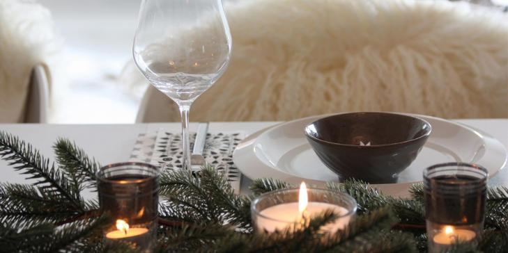 STEMNING: Med saueskinn p� stolene og masse tente lys p� bordet skaper Linda den rette festf�lelsen. FOTO: Linda Elmin/hviit.no