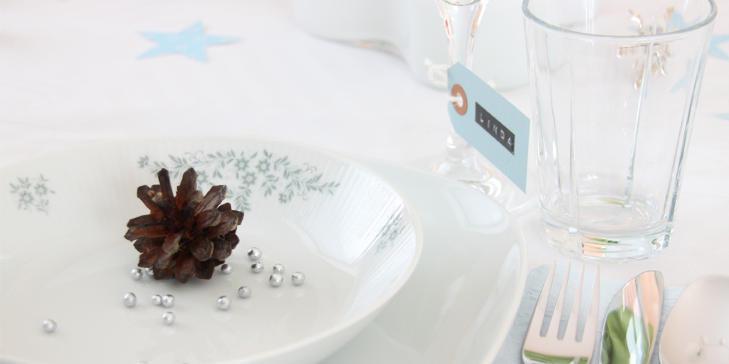 DELIKAT: Duse bl�-og gr�toner kjennetegner dette nytt�rsbordet. Stjerner og kongler gir den rette vinterf�lelsen. FOTO: Trine/hoytrykk.blogspot.com