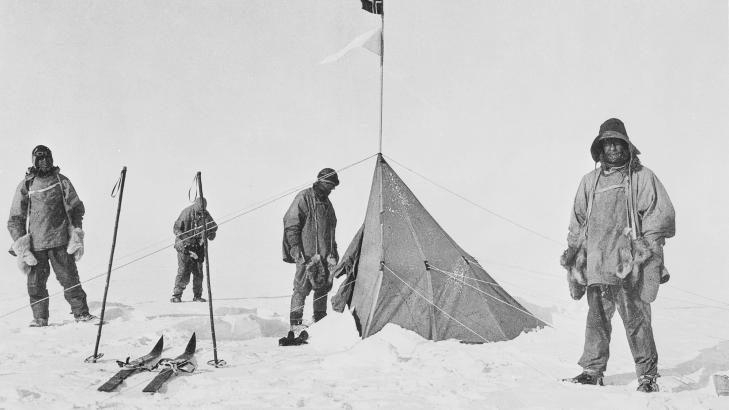 SL�TT: Da Robert F. Scott (til venstre) og hans menn n�dde Sydpolen i januar 1912, oppdaget de at nordmannen Roald Amundsen hadde v�rt der 33 dager tidligere. Bildet er del av utstillingen til Scott Polar Research Institutes ved universitetet i Cambridge. Foto: AFP/SPRI/LIEUTENANT HENRY BOWERS