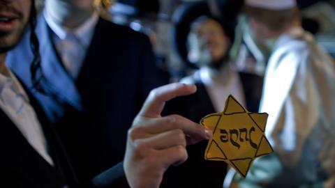 Gule stjerner en av demonstrantene viser her frem de gule stjernene