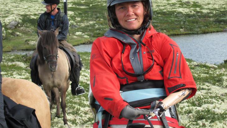 P� RIDETUR: Liv Tone Lind er tidligere OL-gullvinner i sv�mming og er sv�rt aktiv. Dysmeli, og at hun mangler bein og en arm, stopper henne ikke fra � dra p� ridetur. Foto: NRK