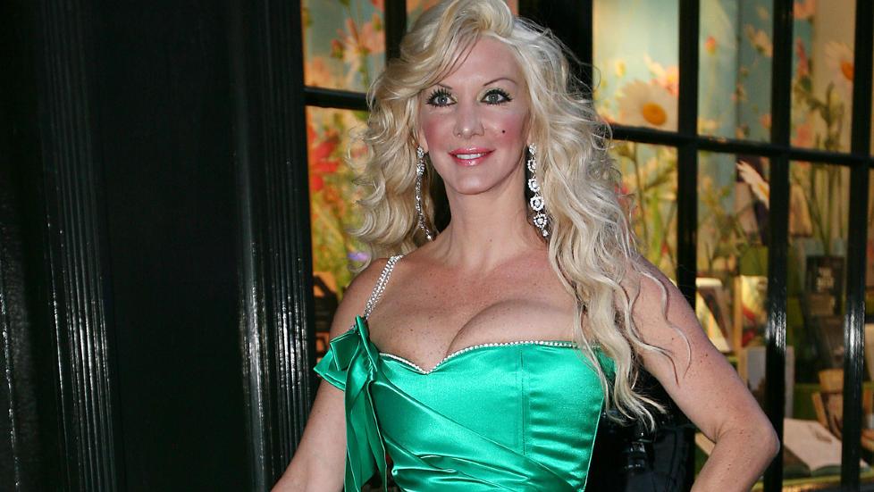 SPESIELL HOBBY: Sarah Burge, ogs� kjent som �The Human Barbie�, har tatt plastiske operasjoner for mer enn 4,6 millioner kroner. N� har hun begynt � kj�pe gavekort p� operasjoner til datteren. Foto: Camera Press/Scanpix