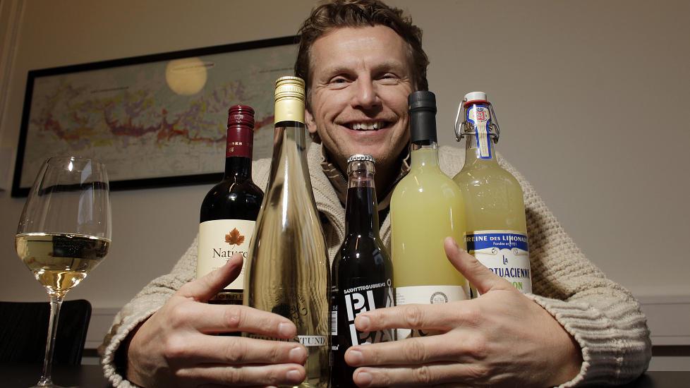 FAVNEN FULL: Dagbladets vinanmelder Ken C. Engebretsen nyter gjerne et glass alkoholfritt. Foto: OLE C.H. THOMASSEN