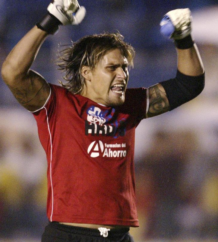 I GLANSDAGENE: Omar Ortiz feirer etter at en av lagkameratene har scoret for Jaguares i 2004. Foto: REUTERS/Henry Romero/Scanpix
