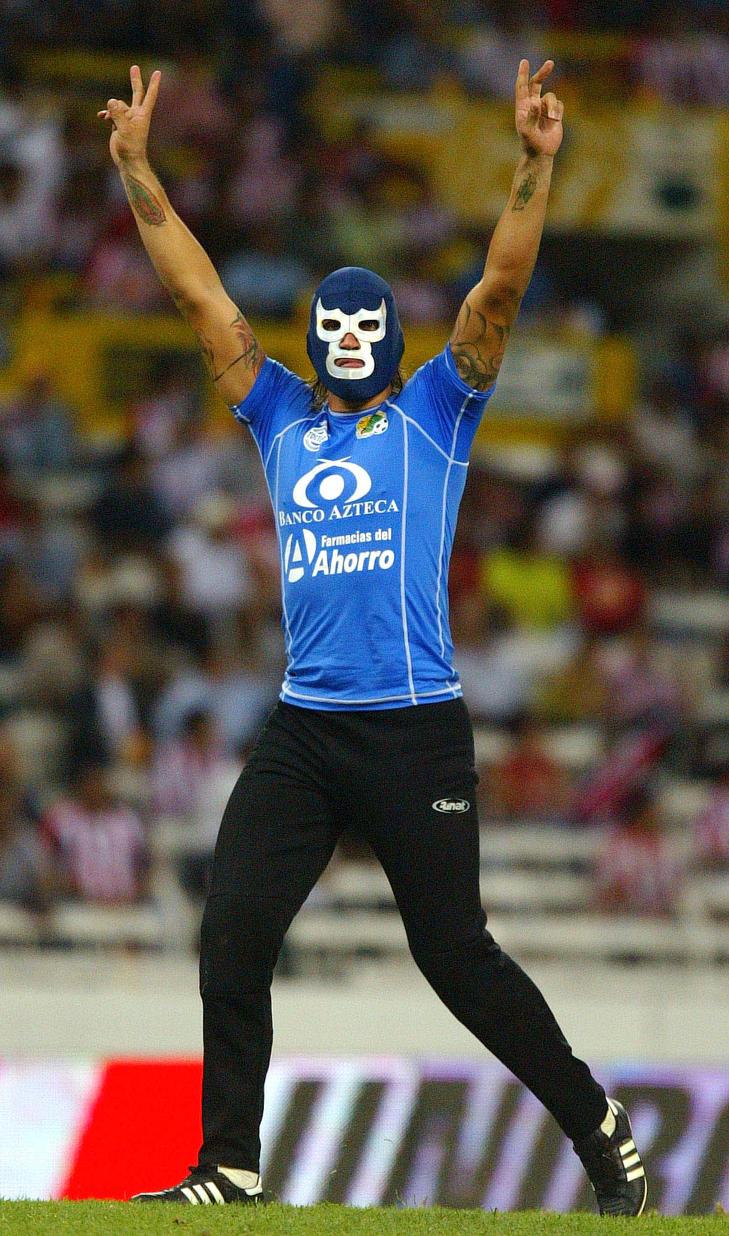 MASKE: Ortiz jubler if�rt en wrestlermaske etter ei en kamp i 2006. Maskene ble senere gjort forbudt. Foto: AP Photo/Guillermo Arias/Scanpix