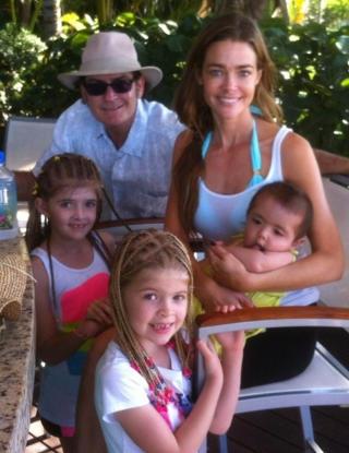 FAMILIEFERIE: I romjula var Sheen og ekskona Denise Richards på ferie sammen med døtrene og Richards' barn. Sheen tvitret selv en rekke bilder fra familieferien. Foto: Stella Pictures