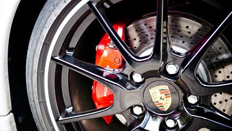 STOPP: P� typisk Porsche-vis er alt skreddersydd i harmoni, og de er kjent for sine gode bremser. Derfor stopper Cayman R like fort som du forventer at den skal, om ikke bedre. Foto: H�kon Eikesdal
