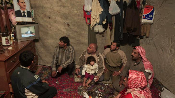 FULGTE MED P� TV: En syrisk familie i Libanon fulgte talen p� TV. Foto: AP