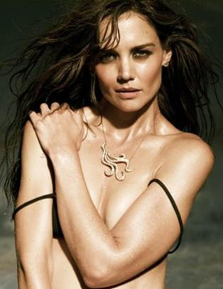 Katie kaster skjorta i sexy smykkekampanje