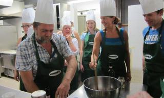 KOKKEKURS: Gjestene blir med p� kokkekurs i Toscana. Foto: TASTE OF TUSCANY