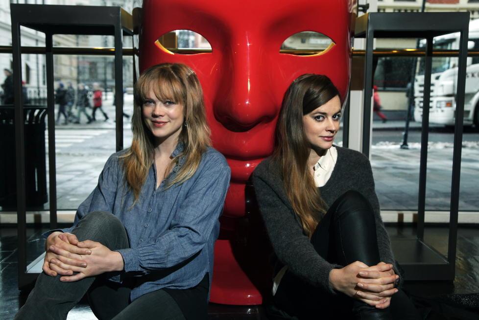 PREMIEREKLARE: Ane Dahl Torp (t.v.) og Charlotte Frogner skal spille Brecht og ha det moro med et alvorlig tema p� Det Norske Teatret i ukene framover.  FOTO: STEINAR BUHOLM/DAGBLADET.