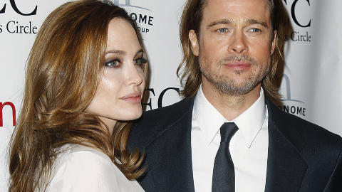 SUPERPAR: Ogs� stjerner trenger sine kj�restes st�tte. Skuespiller Brad Pitt m�tte tr�ste kona Angelina Jolie da hun br�t sammen under arbeidet med sin regidebut. Foto: Reuters / Carlo Allegri