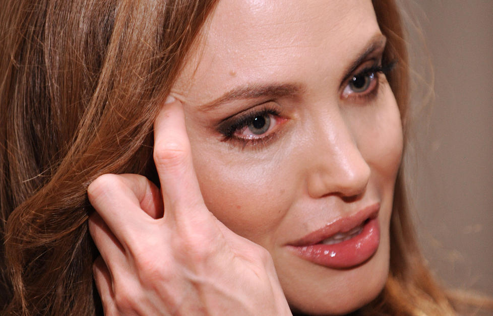 REGIDEBUT: Angelina Jolie (36) har regissert sin frste film, In the Land of Blood and Honey. Arbeidsprosessen ble krevende for Jolie, som tok til trene i dusjen. Foto: Stella