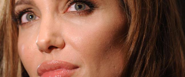 Angelina Jolie br�t sammen i dusjen