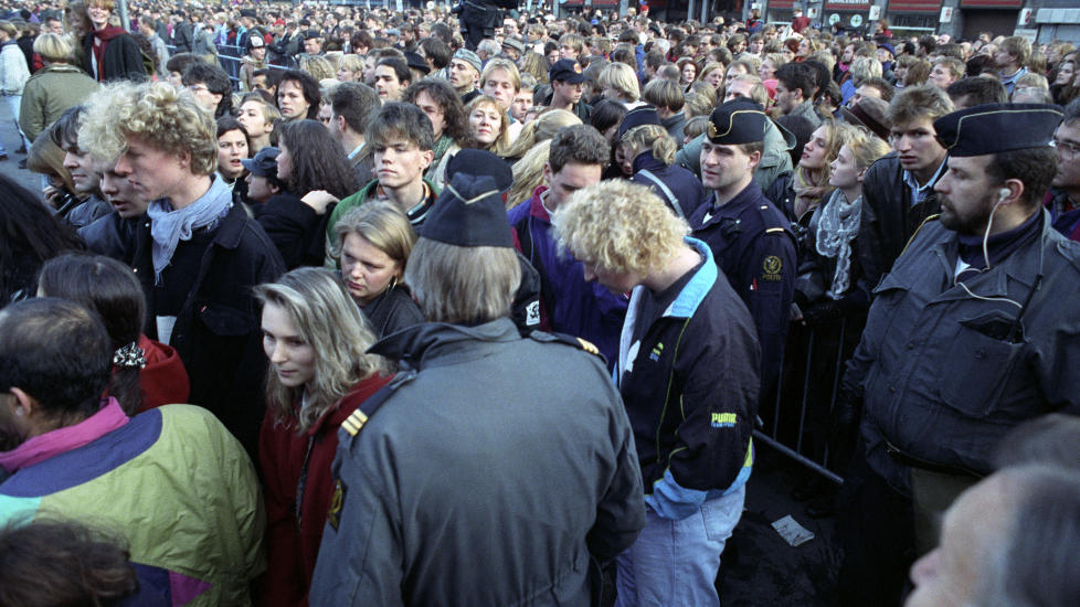 I 1991: 8000 mennesker snur FMI-leder Arne Myrdal (Folkebevegelsen Mot Innvandring) ryggen da han begynner � tale p� Youngstorget i Oslo sentrum. Foto: Terje Bendiksby/Scanpix