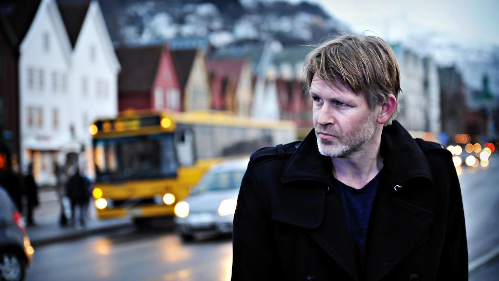 M�RK OG VOLDELIG: Varg Veum i Trond Espen Seims sin skikkelse p� Bryggen i Bergen i anledning innspillingen av De d�de har det godt. Foto: Filmweb