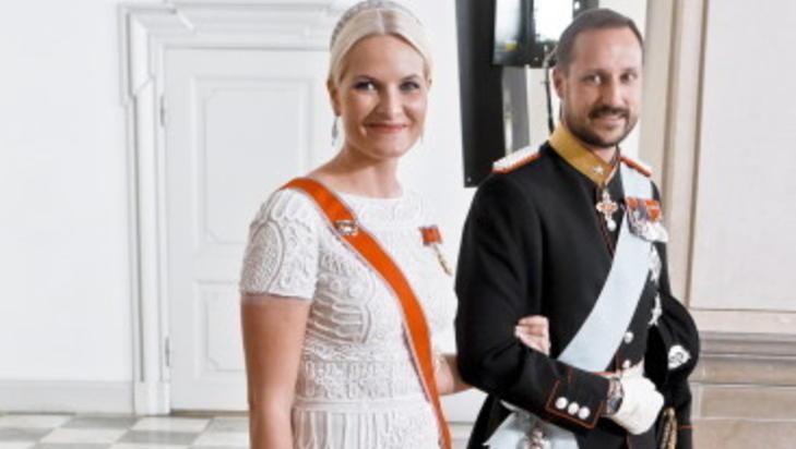 TWITTERDRONNING: N� har kona f�tt egen twitter, tvitret kronprinsen i g�r. Foto: SCANPIX