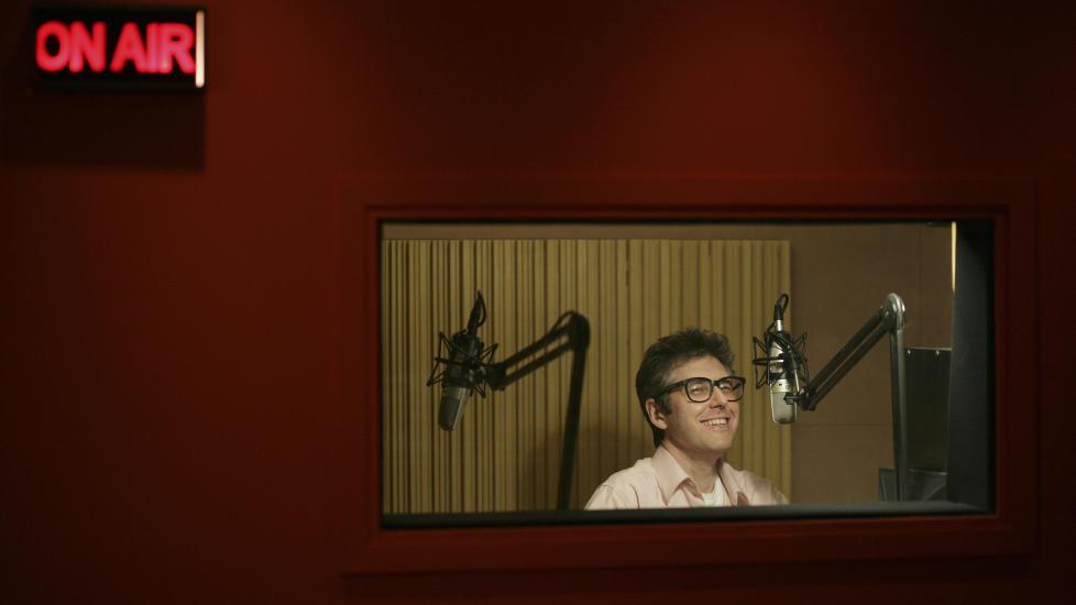 OLD SCHOOL, NY PLATTFORM: Ira Glass leder �This American Life�. Noen av verdens beste radiodokumentarer g�r som varmt hvetebr�d i podcastformat. Foto: Pascal Perich/Corbis Outline/Scanpix