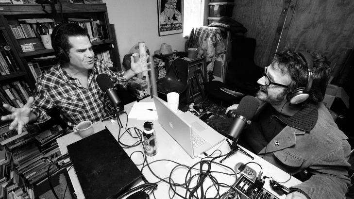 SELVGJORT: Marc Maron (t.h.) gransker hjerte og nyrer på humorister i podcasten «WTF with Marc Maron». Foto: Dmitri von Klein/WTFpod.com