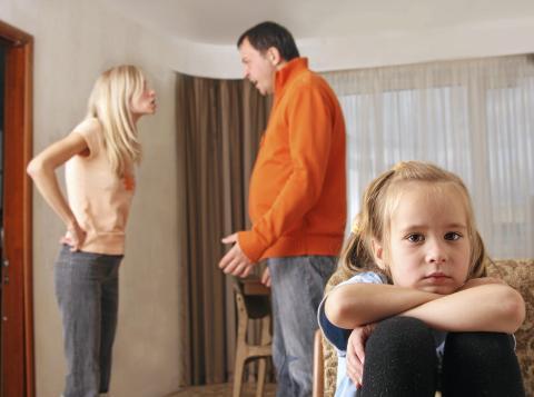 LIDENDE BARN: Mange barn er vitne til at foreldrene krangler ofte. Det kan gjøre dem utrygge og redde. Det er viktig å forklare for barna, og at de ser, at foreldrene raskt blir venner igjen.  Foto: Istock.com