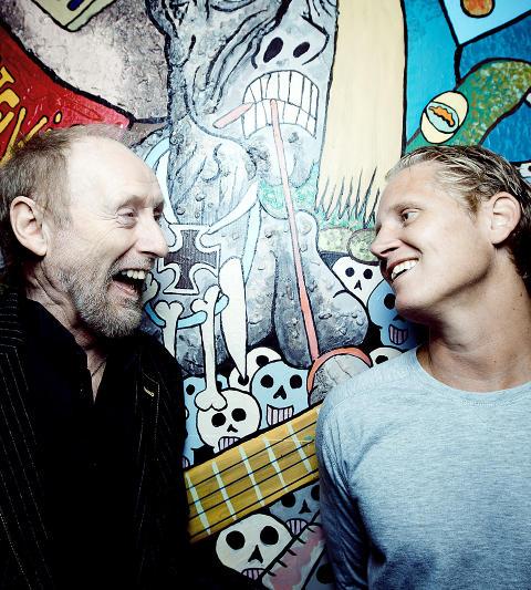 FANT TONEN: Visesanger Halvdan Sivertsen og rapperen Vinni, kjent fra hiphop-duoen Paperboys, fant tonen under innspillingen av TV 2-programmet �Hver gang vi m�tes�. Foto: Bj�rn Langsem / Dagbladet