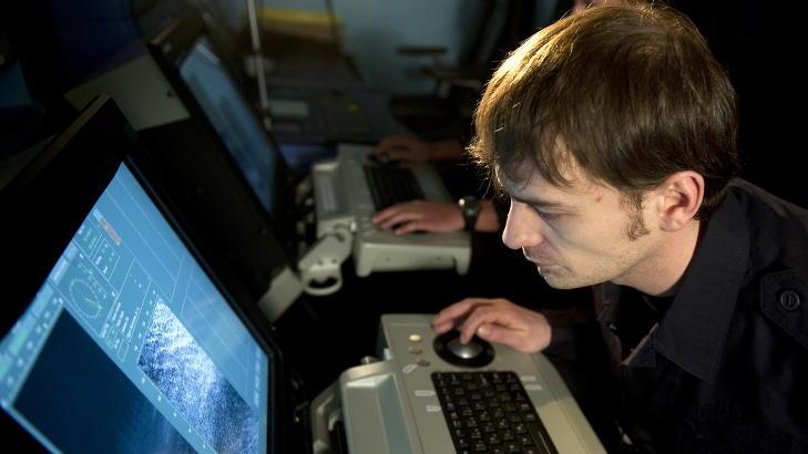 RISIKERER SMELL:  Øyvind Furuhatt følger konsentrert med på sonarskjermen i opsrommet, på jakt etter miner. Foto: Øistein Norum Monsen / DAGBLADET
