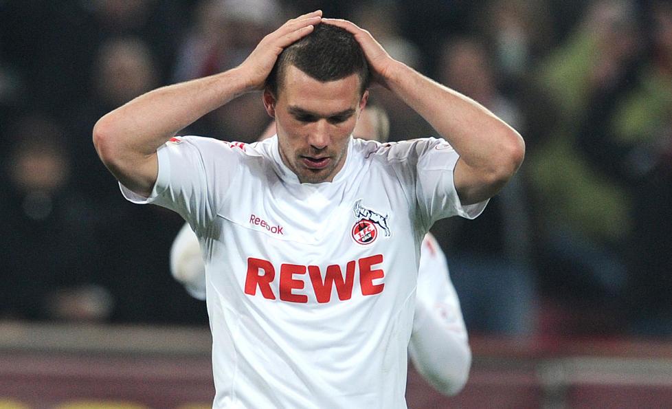 SKAPER HODEBRY: Stjernespilleren Podolski må se laget sitt fra sidelinjen i tre-fire uker etter at han slo opp en skade i 1-4 tapet for Schalke. Foto: AFP PHOTO / PATRIK STOLLARZ