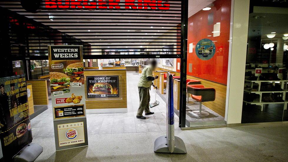 VASKER FOR BURGER KING: - Jeg er den eneste som tjener penger i familien, og kona og barna hjemme i Spania er avhengige av at jeg kan sende penger hjem, sier 43-�ringen, som vasker for Burger King p� L�renskog. Han �nsker � v�re anonym da han er redd for at det vil bli vanskelig � skaffe seg ny jobb hvis navnet hans st�r i avisa. Jens Ulltveit-Moe (innfelt) eier Burger King i Norge.  Foto: BJ�RN LANGSEM/DAGBLADET