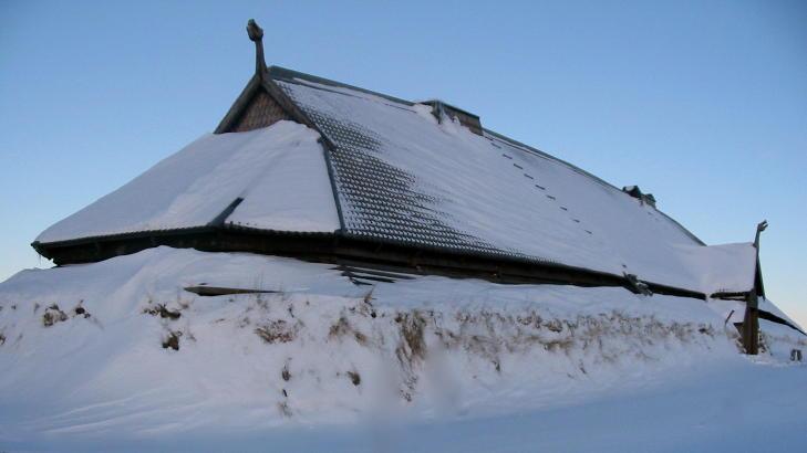 VIKINGMUSEUM: Et av de viktigste høvdingsetene i Nord-Norge lå på Borg i Lofoten. Det rekonstruerte høvdinghuset på Borg er plassert på samme sted som arkeologer avdekket restene etter den lengste bygningen som er funnet fra vikingenes verden, både i Norge og i Europa. Foto: LOFOTR VIKINGMUSEUM