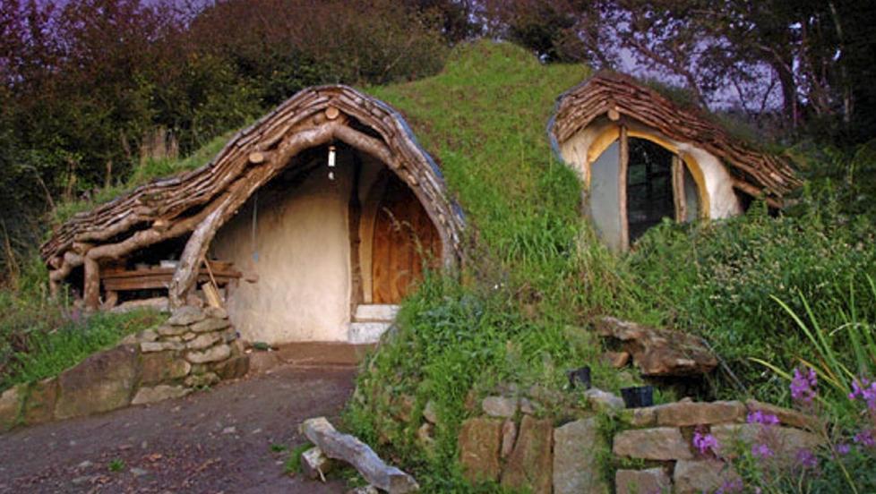GRØNT: Her bor det verken tusser eller troll, men derimot en mann som er svært opptatt av bærekraftig arkitektur. Foto: unusual-architecture.com