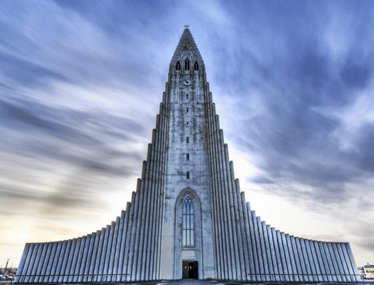 SKULPTURELL: Denne kirken i Reykjavik skal minne om en vulkansk lavastrøm. Foto: unusual-architecture.com
