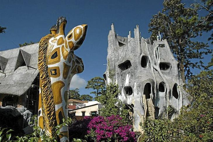 ORGANISK: Den vietnamesiske arkitekten skal ha latt seg inspirere av spanske Antoni Gaudi som har smykket Barcelona med sin arkitektur. Men er dette bygget like vellykket? Foto: unusual-architecture.com