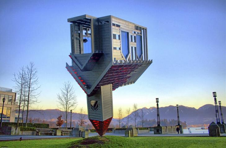 KONTROVERSIELL: En kirke som balanserer opp ned på sitt nedgravde spir, ble for sterk kost for mange. Den måtte skjermes innendørs. Foto: unusual-architecture.com