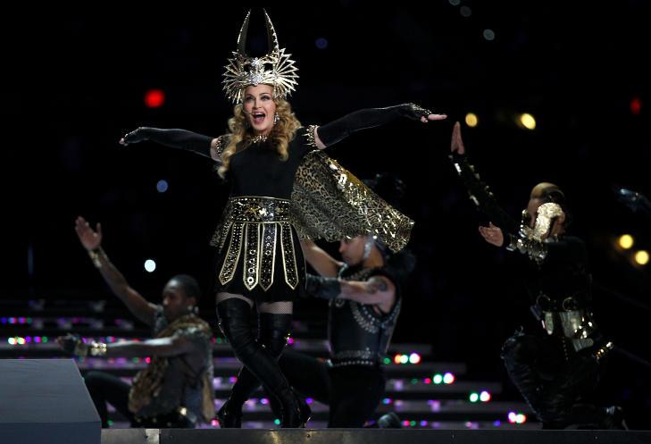 UNDERHOLDNING FRA A TIL �: Super Bowl handler ogs� om rammen rundt selve kampen, og i �r var det Madonna som sto for den tradisjonsrike pauseunderholdningen.Foto: SCANPIX/Al Bello/Getty Images/AFP