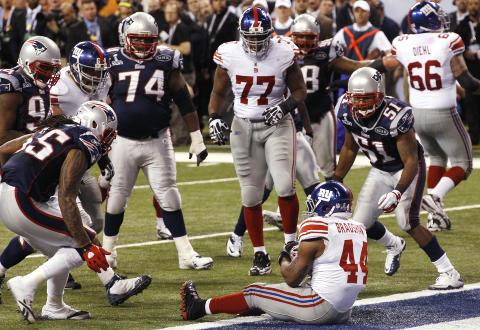 FRITT LEIDE: New England Patriots tok en kalkulert risiko da de lot Ahmad Bradshaw f� fritt leide til en touchdown i h�p om at det skulle v�re igjen tid nok p� klokka for Tom Brady og kompani til en � vinne kampen.Foto: SCANPIX/REUTERS/Jim Young