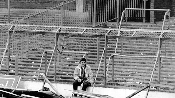 �DELAGT: Dette bildet fra den skjebnesvangre dagen viser en ensom supporter som sitter ved de �delagte st�lgjerdene. Foto: AP