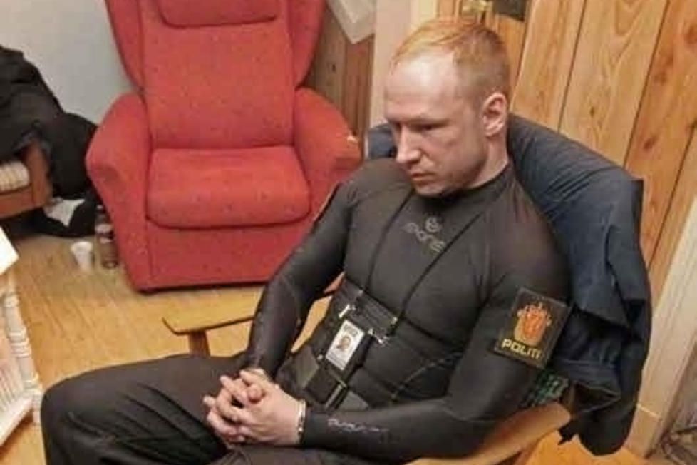 - MONSTER: Her er Breivik fotografert få minutter etter pågripelsen på Utøya. I avhør samme natt sa han: I dag er jeg det største monsteret siden Quisling, og det er greit liksom.